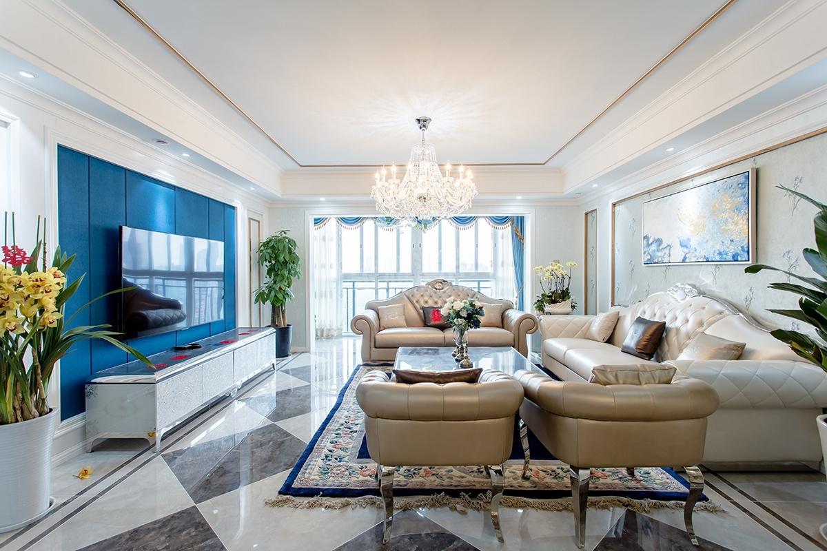 本案即有欧式设计风格的一些元素,又充分利用了现代简约设计的某些优势。简欧风格的室内设计打破以往欧式深沉的色彩,主题的蓝色和柔和的黄色把欧式风格设计融入现代设计中浑然一体家居风格,电视墙蓝色硬包和和一些玫瑰金的不锈钢线条体现出。让整个客厅营造出时尚、高贵、轻松、愉悦的视觉感空间,营造出一个朴实之中的时尚简欧家居设计。卧室以浅暖黄色为主调的设计风格,背景墙硬包,加上浅暖黄色的墙布,明亮的空间,卧室变得充满阳光、安静、舒适,可以让人有很好休息、睡眠。